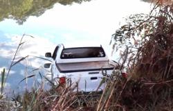 Caminhonete roubada durante festa é localizada em lagoa em Nova Mutum