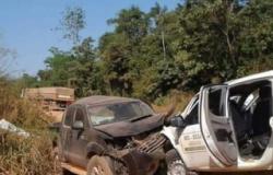 Caminhonetes batem de frente em estrada vicinal de Matupá.