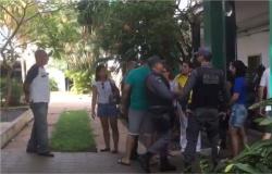 Eleitores são presos após reclamar de problemas em urnas no IFMT em Cuiabá; vídeo