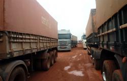 Chuva volta a deixar trecho interditado e caminhoneiros de MT parados na BR-163 no Pará