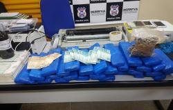 Polícia Civil prende 5, descobre fábrica de documentos falsos, apreende 30 kg de maconha e veículos