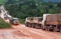 DNIT e Exército decidem bloquear no Nortão até 6ª o tráfego de carretas rumo ao Pará devido aos atoleiros