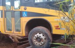 Ônibus escolar fica preso em ponte de madeira em Confresa