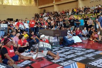 Mais de 15 mil servidores em greve não vão receber salário de junho