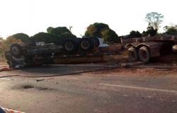 Alta Floresta: Carreta carregada com toras tomba e motorista morre preso às ferragens