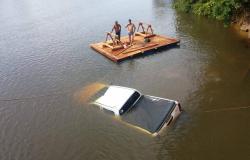 Caminhonete cai no rio Aripuanã após deslisar em ponte de madeira na MT-208