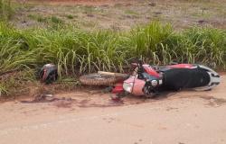 Duas pessoas ficam gravemente feridas após colisão entre carro e moto na MT-208
