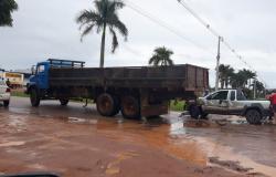 Pick-up bate em Caminhão que fazia conversão para entrar no bairro Jardim Panorama