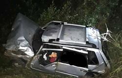 Mulher é arremessada para fora de veículo após capotamento na MT-320