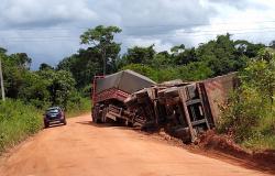 Semirreboque de Bitrem tomba na MT-208 próximo do Rio São João em Nova Monte Verde