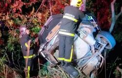 Carro sai da pista, bate em árvore e dois irmãos morrem em Mato Grosso