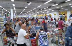 MT obriga que mercados e farmácias façam assepsia e controlem acesso para impedir aglomerações