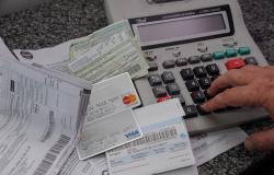 Clientes podem pedir prorrogação do pagamento de dívidas em bancos, orienta Procon