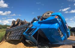 Caminhão bate em retroescavadeira na MT-320 e tomba; motorista fica ferido