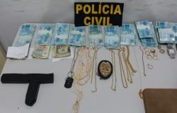 Polícia Civil de Juina prende duas pessoas e recupera dinheiro e joias roubados de médicos