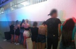 Festa é interrompida pela polícia e grupo é preso por descumprir decreto de isolamento em Cuiabá