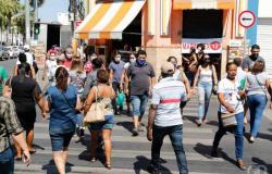 Ruas movimentas e filas em Cuiabá com liberação do comércio