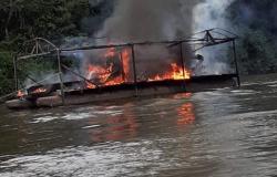 Paranaíta: Balsa de garimpo é destruída em área de preservação no Teles Pires