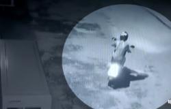 Alta Floresta: Câmeras flagram irmãs furtando moto em pátio de igreja