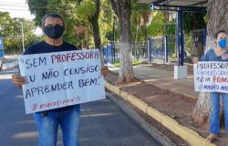 Trabalhadores da educação desempregados protestam em frente ao Palácio Paiaguás