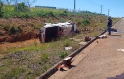 Motorista perde o controle e capota camionete na MT-208 em Nova Monte Verde