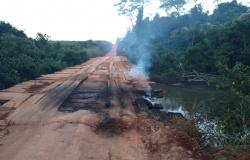 """Caminhoneiro """"apaga fogo"""" sobre a ponte na MT-160 em Nova Monte Verde"""