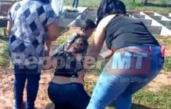 Filhas choram e pedem perdão durante enterro de mãe infectada por covid