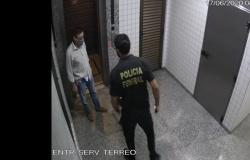 Vídeo mostra conselheiro TCE descendo escadas para para jogar com cheques em lixeira