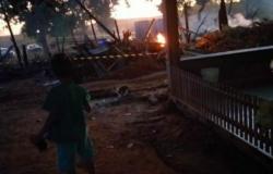 Menina de 13 anos salva 5 irmãos de casa em chamas, mas bebê de 10 dias morre