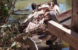 Carro com 6 pessoas cai de ponte em Carlinda