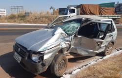 BR-163: veículo é atingido por carreta e condutor fica ferido no trevo de Nova Santa Helena