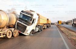 Duas carretas e veículo se envolvem em acidente na BR-163 em Nova Mutum