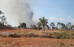 Bombeiros combatem queimada em vegetações do aterro sanitário de Alta Floresta