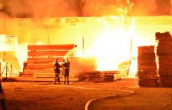 Incêndio consome empresa de material de construção em Rondonópolis