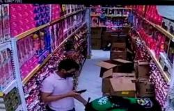 Cuiabá: Câmera flagra cliente passando mão nas nádegas de funcionária