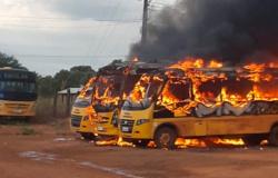 Quatro ônibus escolares são destruídos pelo fogo em distrito de Peixoto de Azevedo