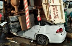 MT: carreta tomba sobre carro e deixa 4 pessoas presas às ferragens