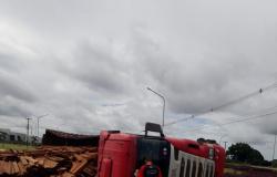 Bitrem carregado com madeira que seguia Alta Floresta a Nova Santa Helena tomba na MT-208