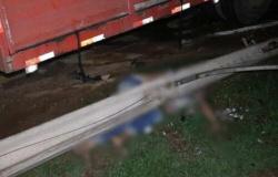 Motociclista morre esmagado por poste após acidente com carro e caminhão em MT