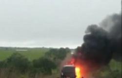 Ônibus que saiu de Goiânia pega fogo em MT e assusta passageiros