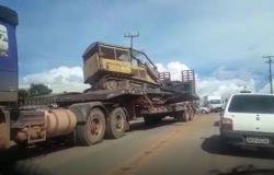 Alta Floresta: Carreta carregada com esteira se envolve em acidente com caminhão na MT-208