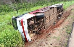 Nova Mutum : Ônibus com 39 passageiros tomba nas margens da BR-163