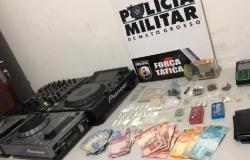 Força Tática descobre festa com 130 pessoas e prende oito homens com ecstasy, maconha e cocaína em Matupá