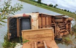 Nova Mutum: Motorista cochila ao volante e tomba ônibus com 12 pessoas em represa