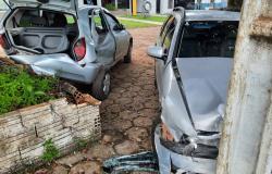ALTA FLORESTA: Motorista perde controle, invade calçada e atinge veículo em estacionamento