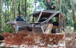 Trator de esteira é apreendido durante desmatamento em Juína