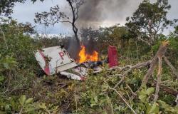 Duas pessoas morrem carbonizadas em queda de avião em MT; outras 2 estão em estado grave
