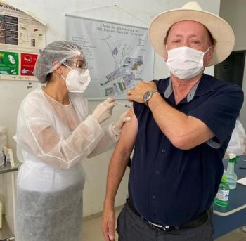 Prefeito de Sinop é vacinado contra Covid-19 e posta foto comemorando