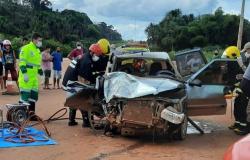 Colisão entre carros na BR-163 deixa três pessoas feridas