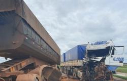 Acidente entre três carretas deixa motorista ferido na BR-163